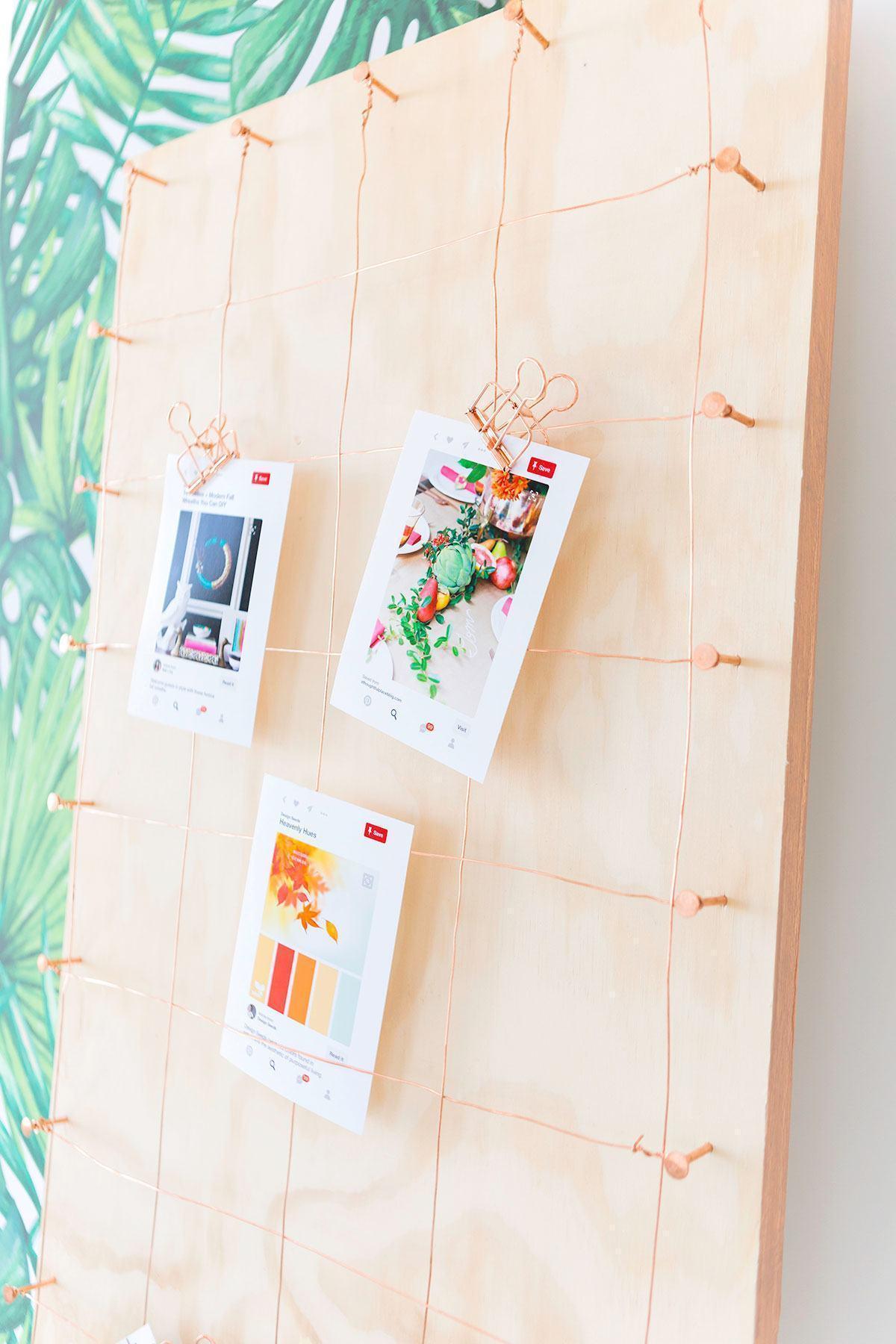 Suporte / mural de madeira para pendurar papéis com ideias e referências.