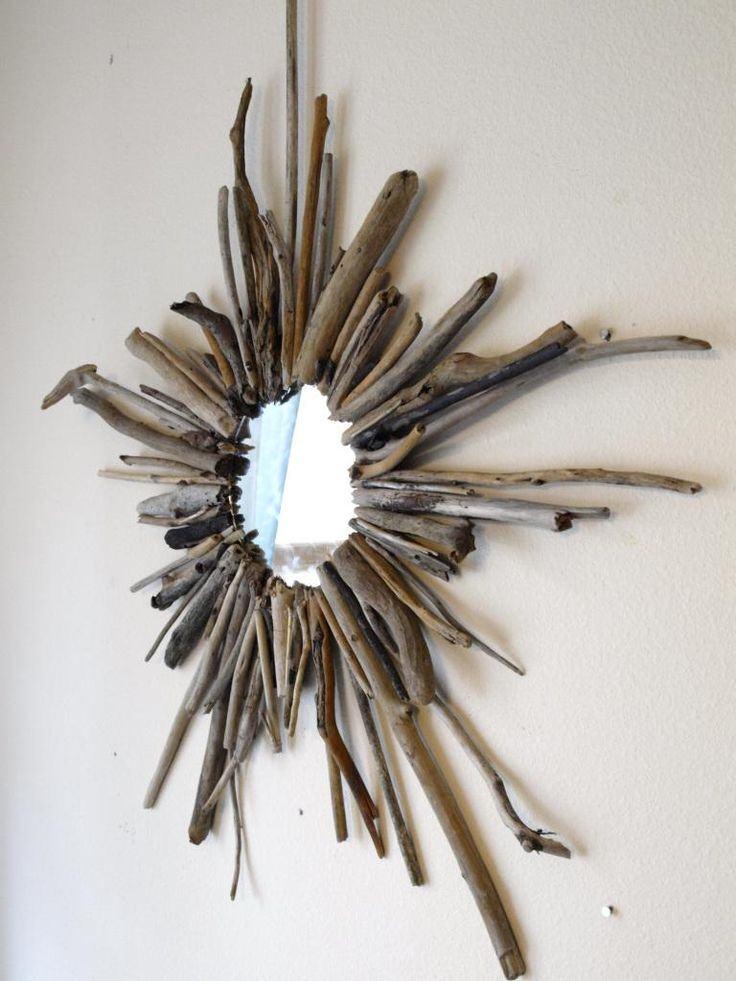 Espelho redondo com moldura de galhos de árvore.
