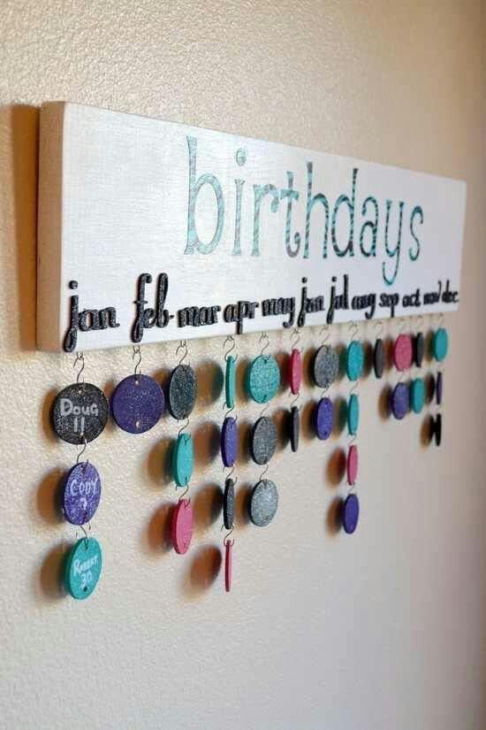 Suporte de madeira para colocar objetos, neste caso foram usadas plaquinhas redondas com as datas de aniversários das pessoas.