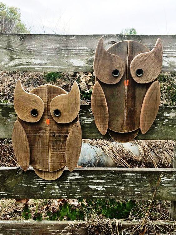 Corujas feitas com madeira para decorar o exterior.