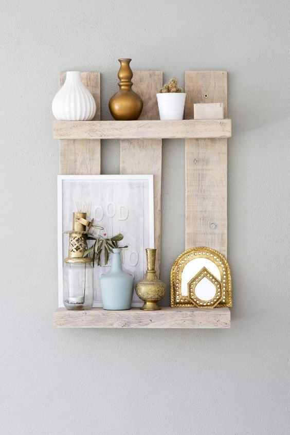 Prateleira simples para fixar na parede feita utilizando uma parte do caixote.