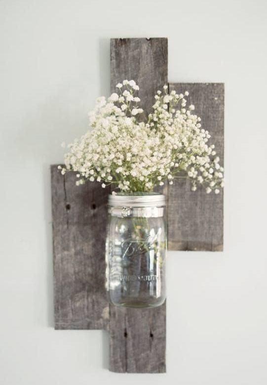 Suporte de madeira para prender um vaso a parede.