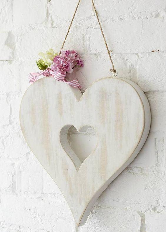 Peça decorativa de madeira com formato de coração.