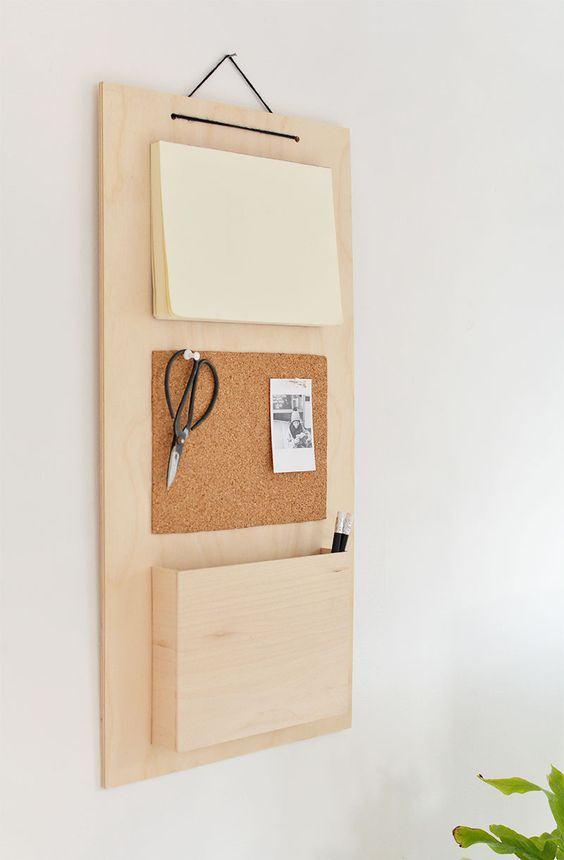 Suporte de madeira na parede para guardar objetos e deixar recados.
