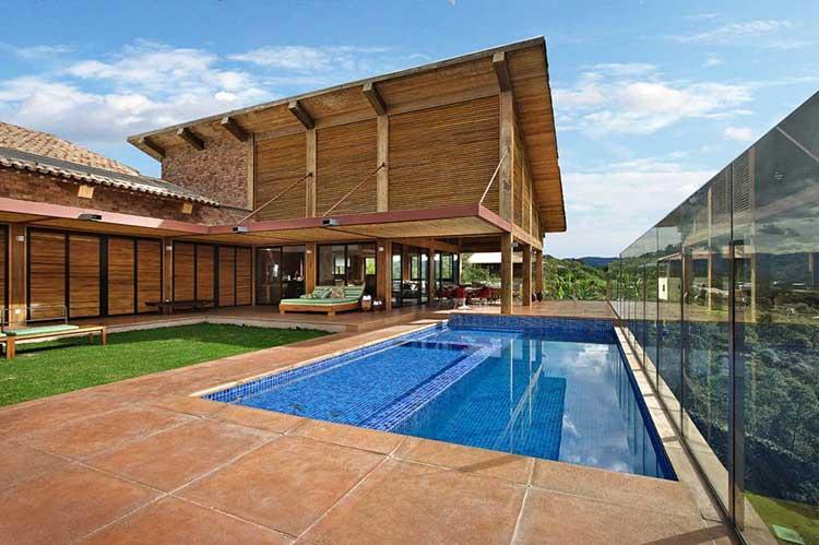 Casa de madeira com ar rústico e moderno