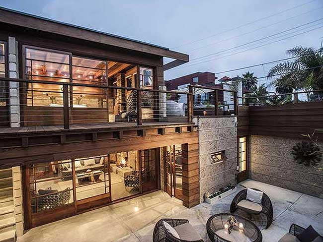 Casa de madeira com cores sóbrias