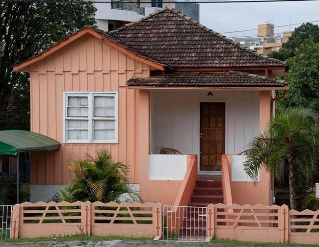 Casa de madeira com um toque de cor