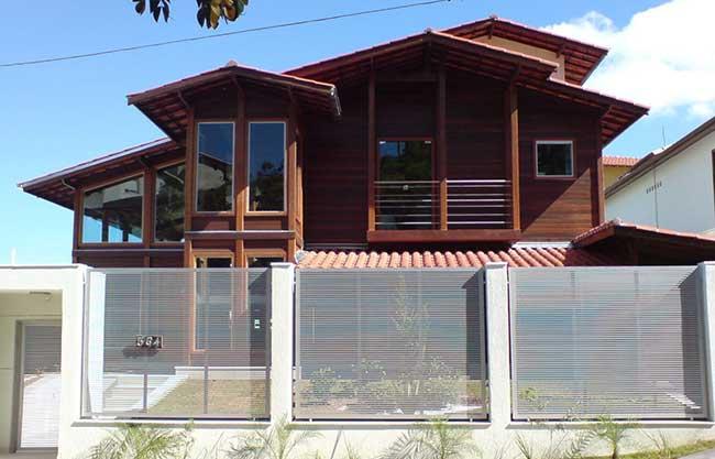 Casa com design moderno com portões e janelas de vidro