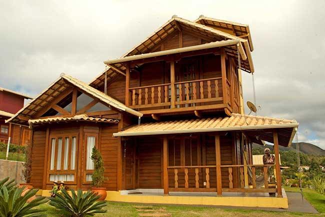 Modelo de casa de madeira com varanda