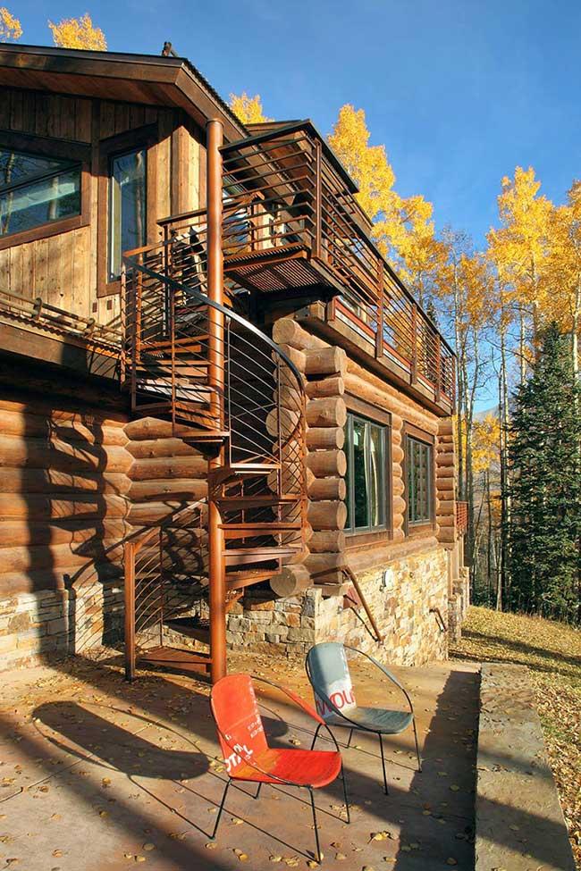 Casa de madeira com escada