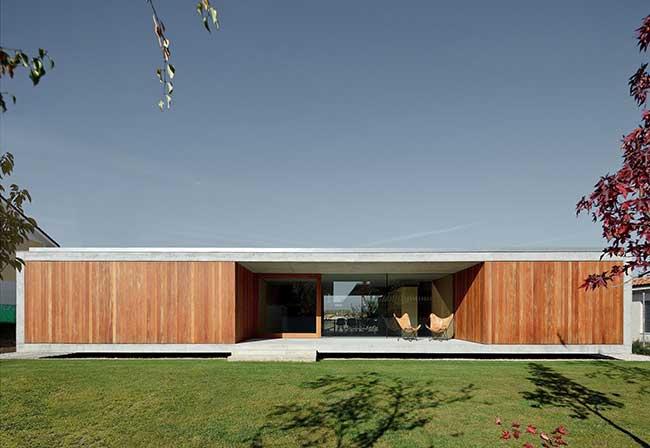 Casa de madeira com estilo comtemporâneo
