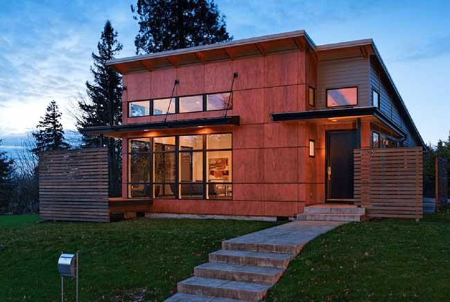 Placas modulares revestem a fachada da casa