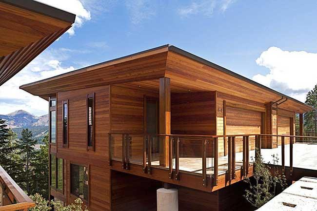 Casa de madeira moderna com varanda