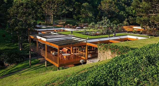 Casa de madeira com cobertura de vidro