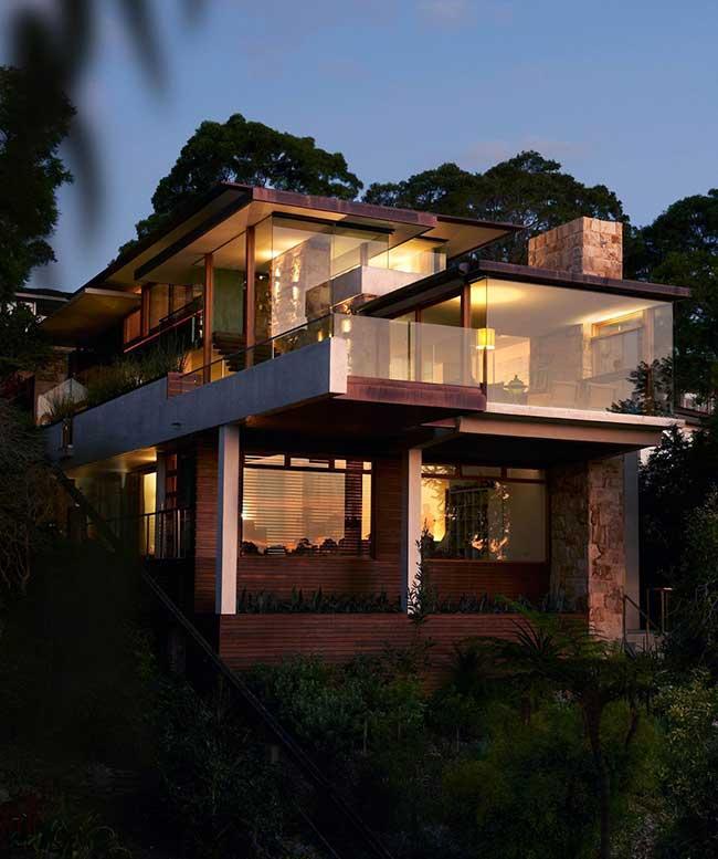 Casa de madeira com planos de vidro