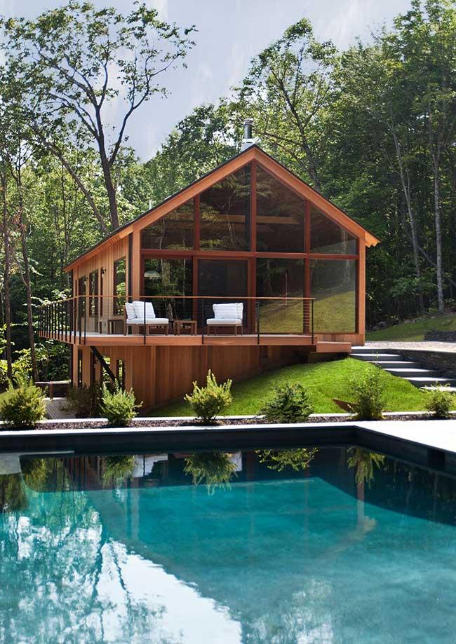 Casa de madeira com vidros