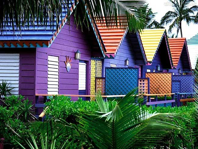 Chalés coloridos ficam bem em locais como praias