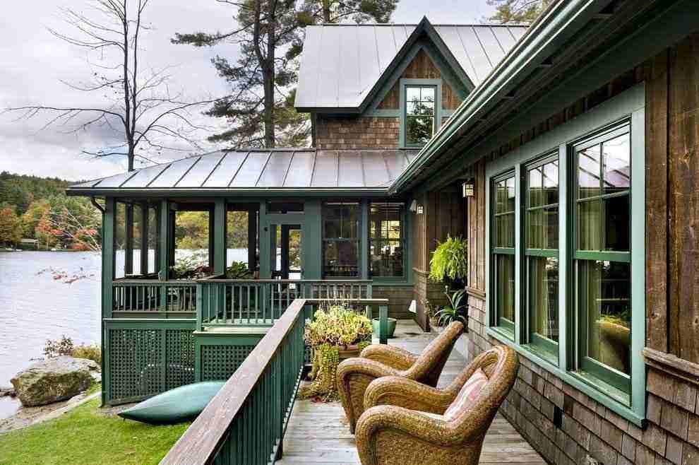 Varanda de uma casa de campo mais rústica.
