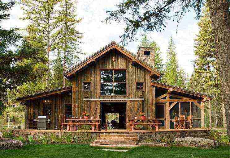 Casa de campo com fachada de madeira rústica.