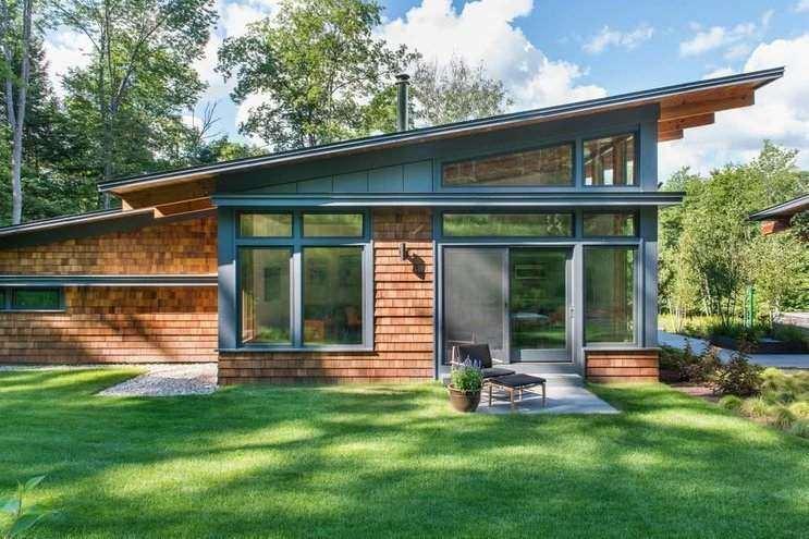 Casa com revestimento e telhado inclinado.