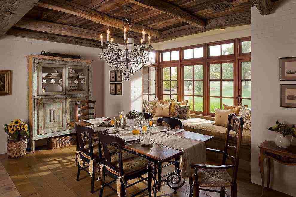 Sala de jantar com sofá na janela e detalhes rústicos.