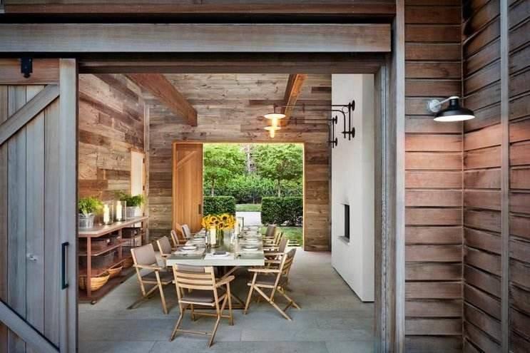 Sala de jantar moderna em uma casa de campo, mantendo os detalhes da madeira.