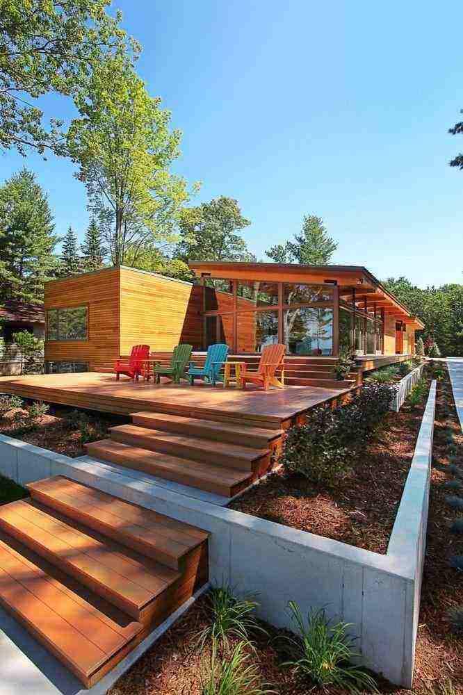 Fachada de casacom deck em madeira