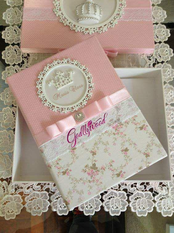 Caixa rosa com laço, renda e coroa