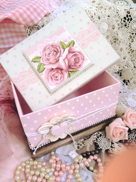 Caixa rosa com pérolas e desenhos de rosas
