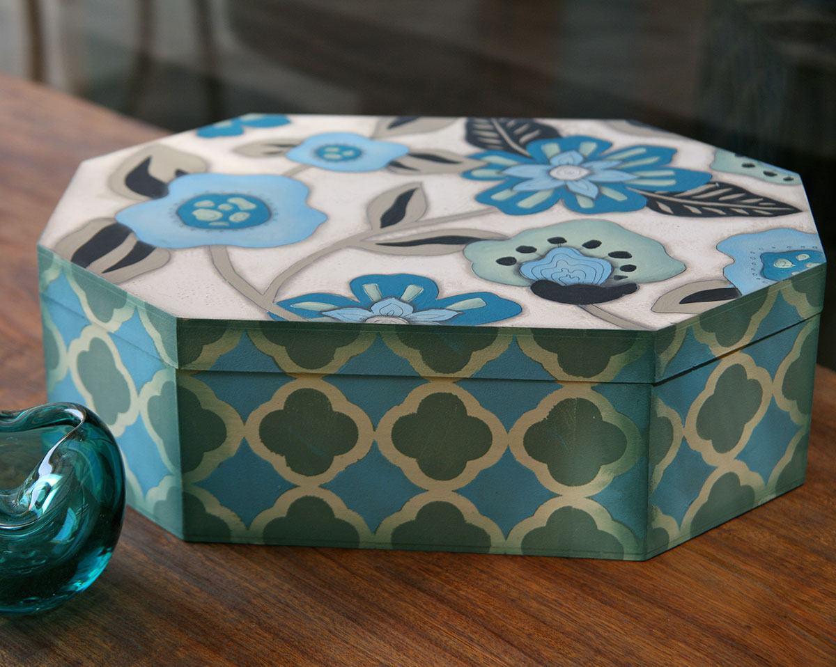 Caixa octogonal com desenhos de flores