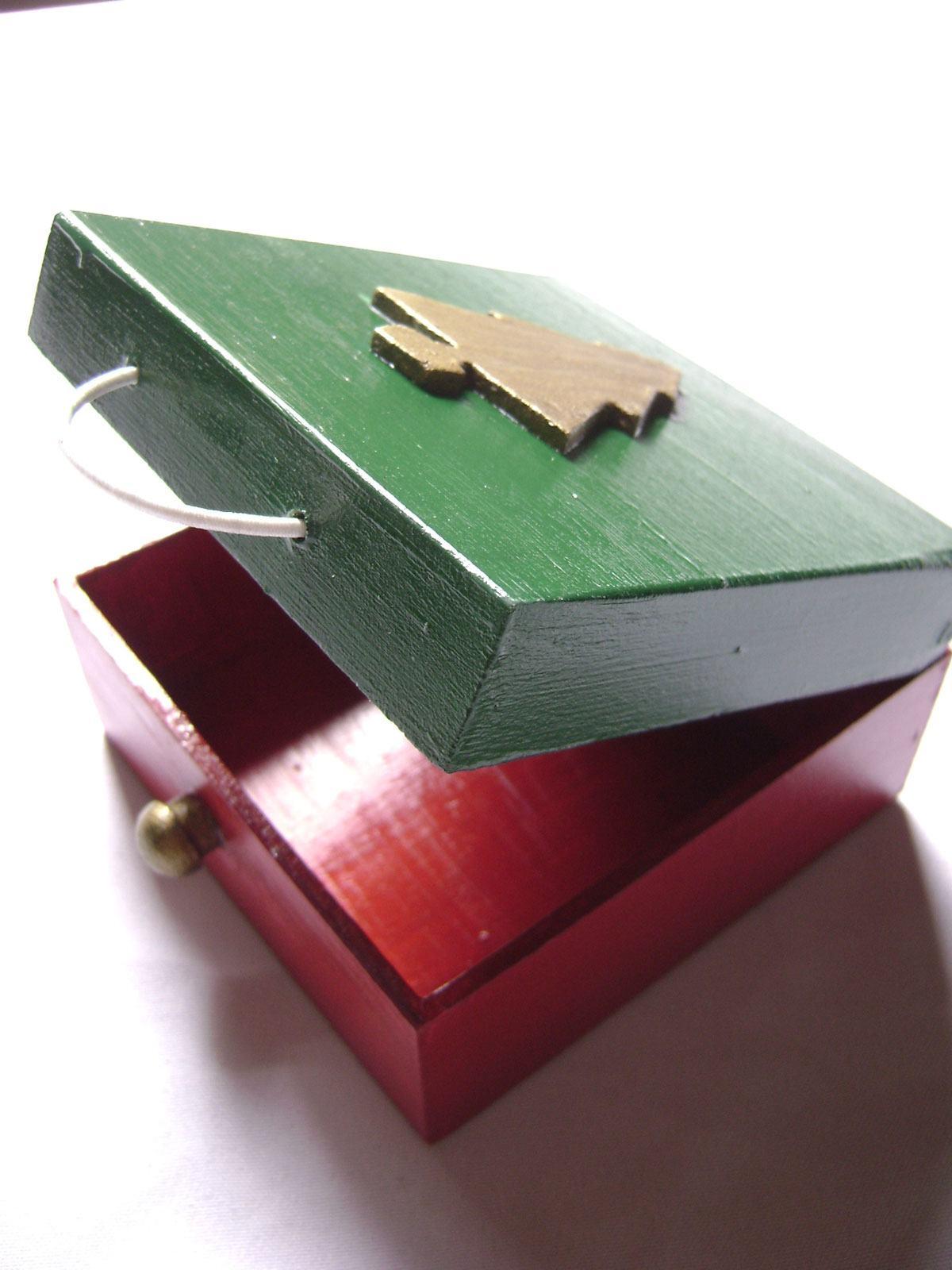 Caixa natalina colorida com as cores verde e vermelho