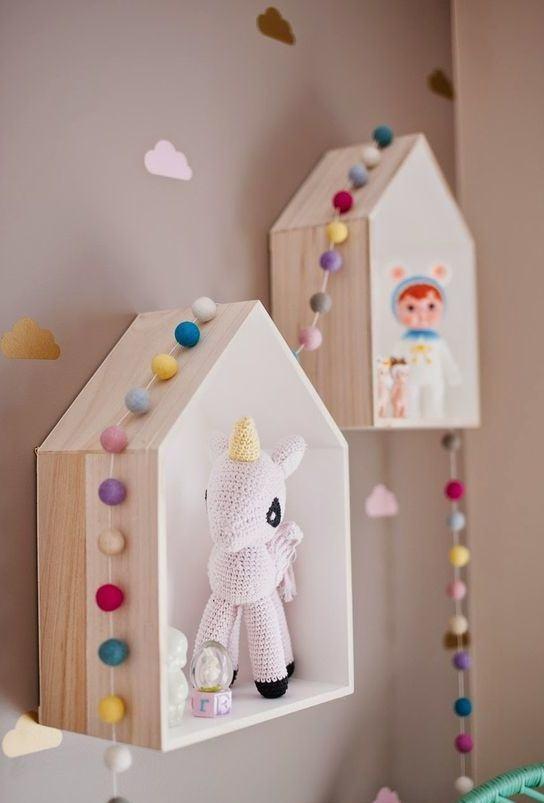 Nichos de MDF em formato de casinha para colocar bonecos de personagens