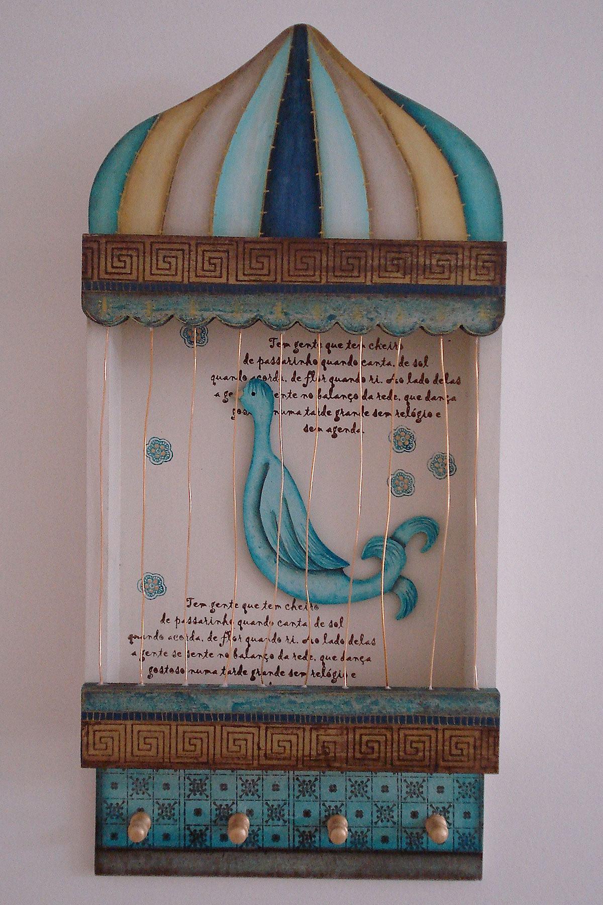 Gaiola decorativa para a parede com pintura, mensagem e grades de cobre