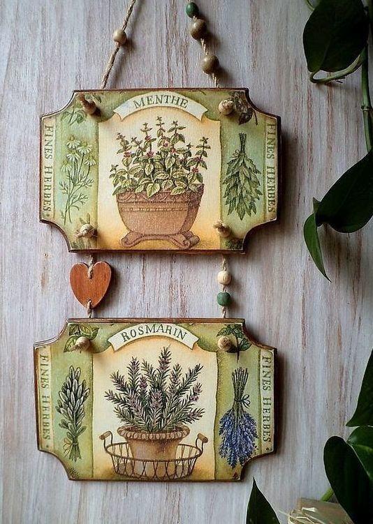 Plaquinhas decorativas penduradas na parede com desenhos de vasos de plantas