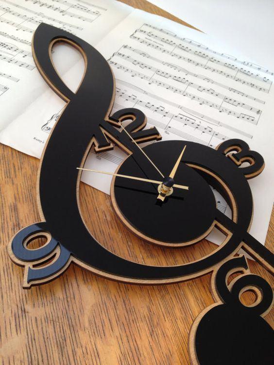 Relógio em formato de nota musical feito de MDF com tinta preta