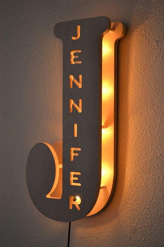 Luminária de parede com nome personalizado em MDF