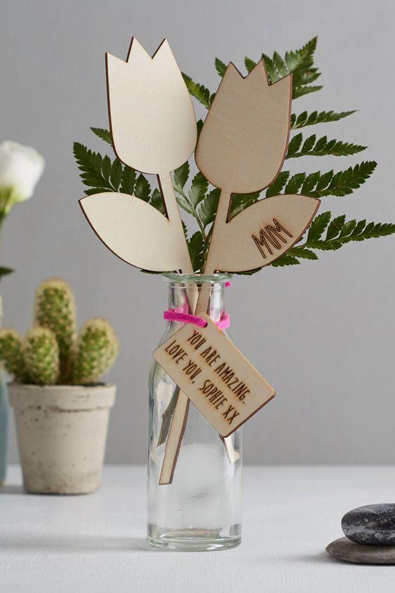 Flores de MDF com cartão de mensagem para combinar com folhas no vaso transparente