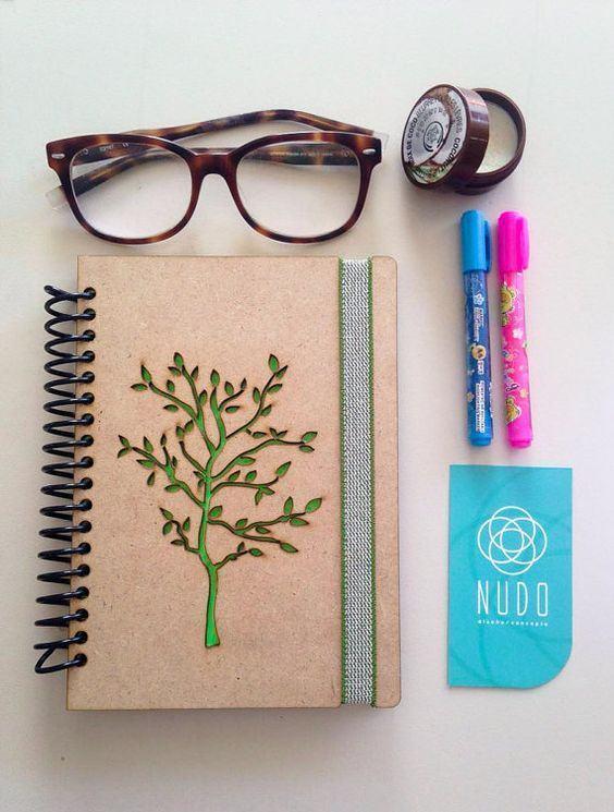 Capa de caderno com desenho de árvore em MDF