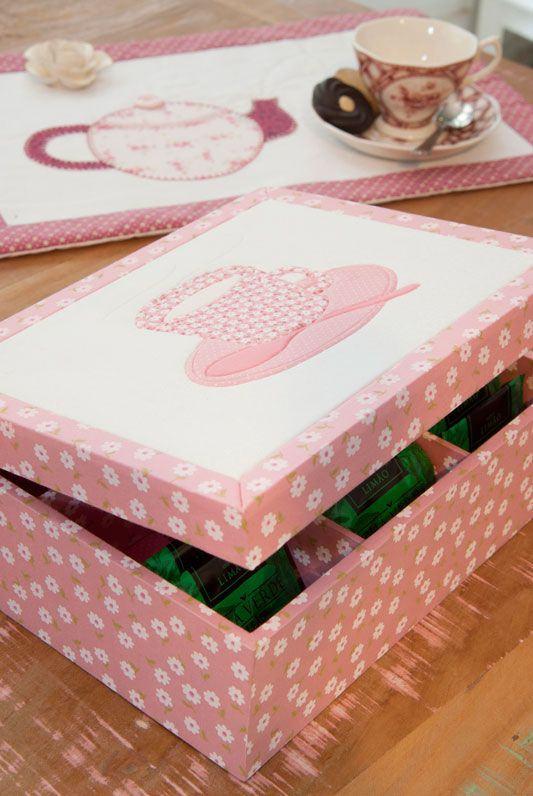 Jogo de chá e caixa em MDF rosa com desenhos de flores
