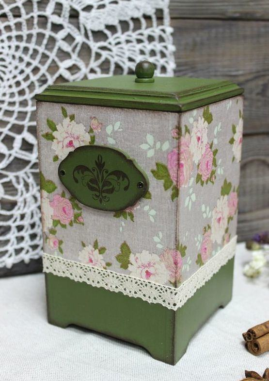 Caixa de MDF pintada com tinta verde com aspecto envelhecido e coberta por renda estampada