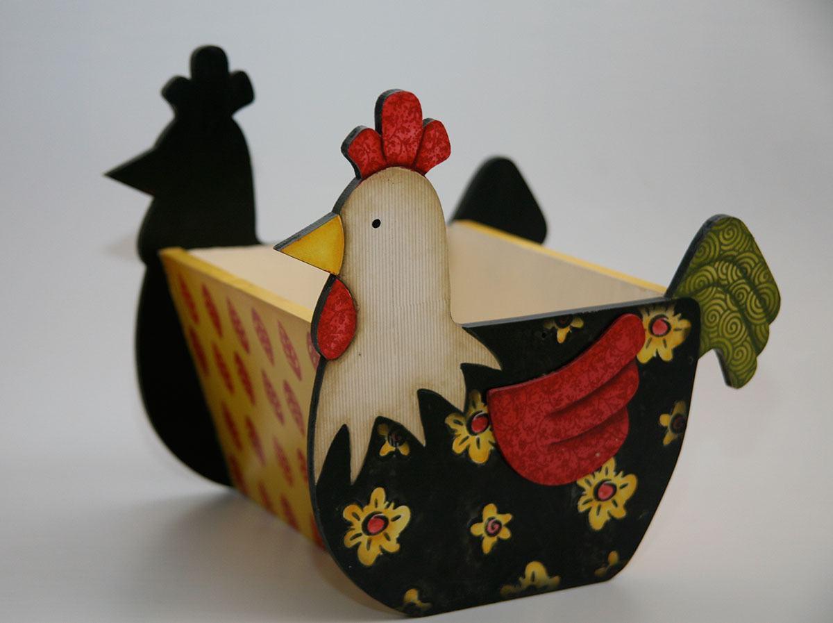 Caixa de MDF com muitos detalhes na pintura em formato de galinha
