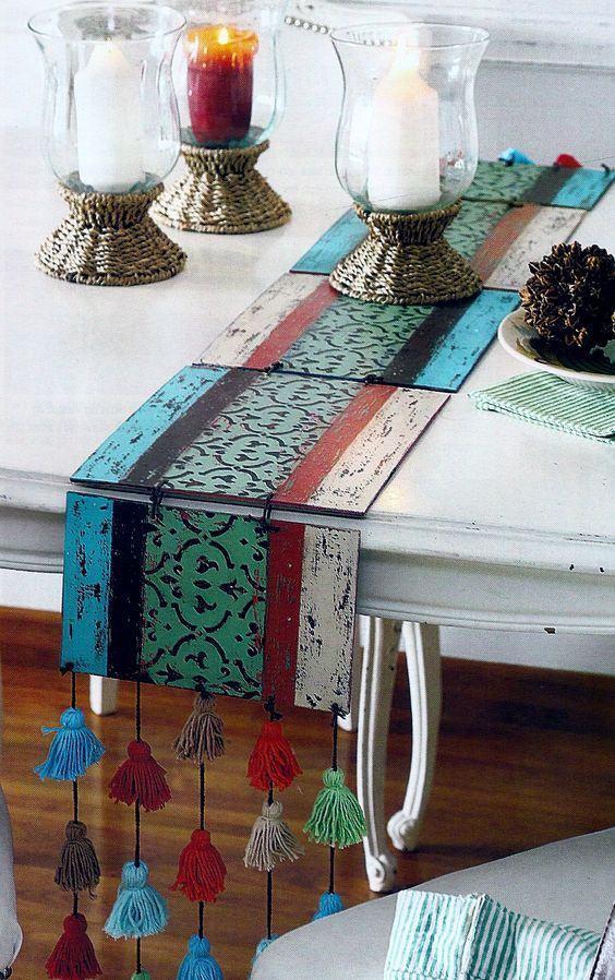 Centro de mesa colorido feito com pedaços de MDF unidos por barbante e tassel na ponta