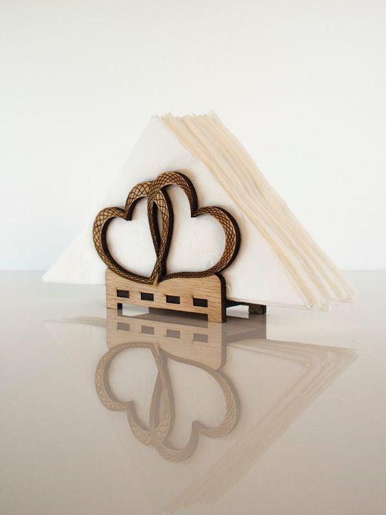 Incrível porta guardanapo feito com MDF com formato de corações
