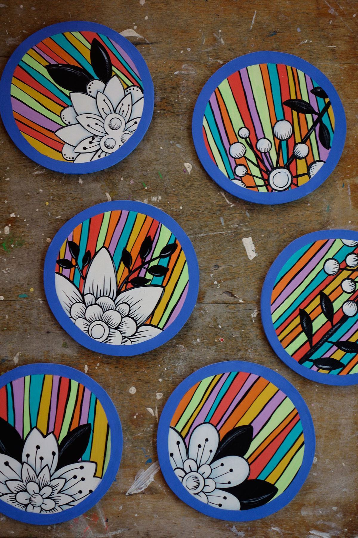 Porta copos redondos de MDF com desenho colorido de flores