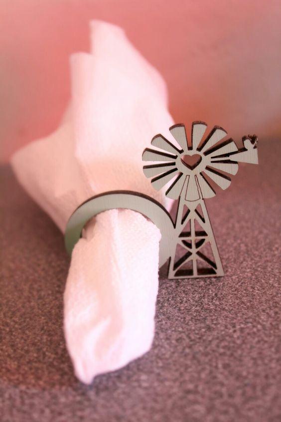 Porta guardanapo para a mesa feito com MDF em formato de moinho de vento