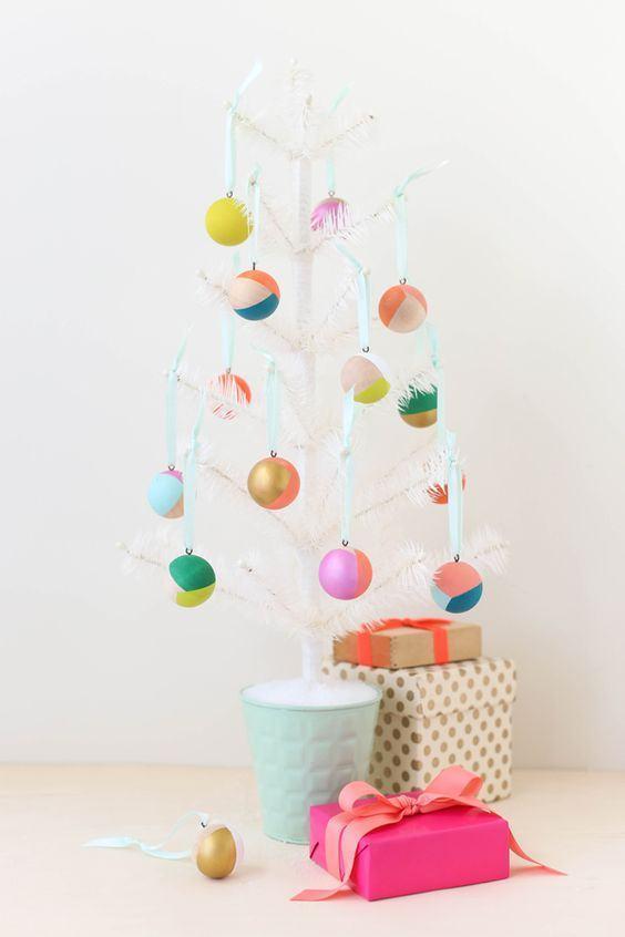 Pequena árvore branca com bolas coloridas