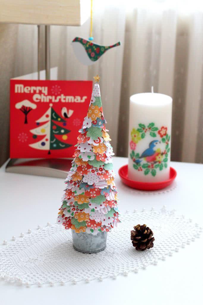Pequena árvore com pedaços de papel estampado