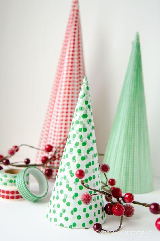 Árvores de natal com papel estampado em formato de cone