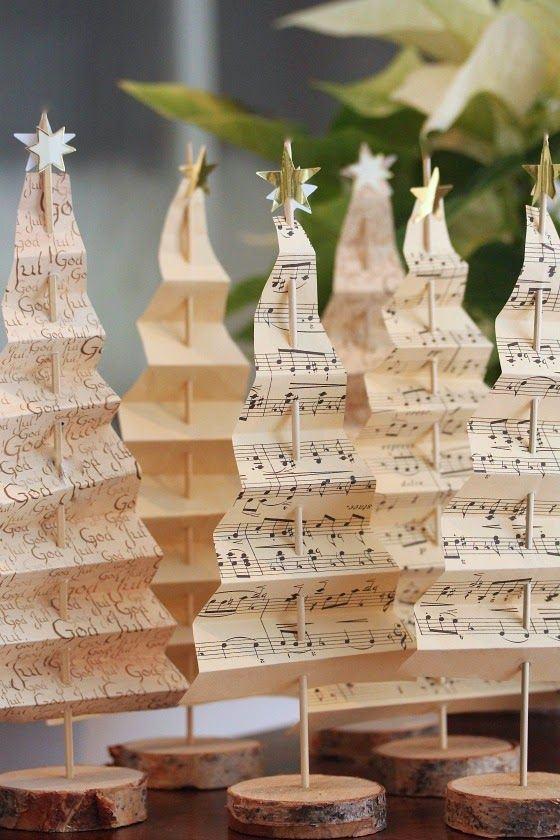 Pequenas árvores decorativas fixadas em um palito com base de madeira. Neste caso, utilizou-se de papéis de partitura e revistas