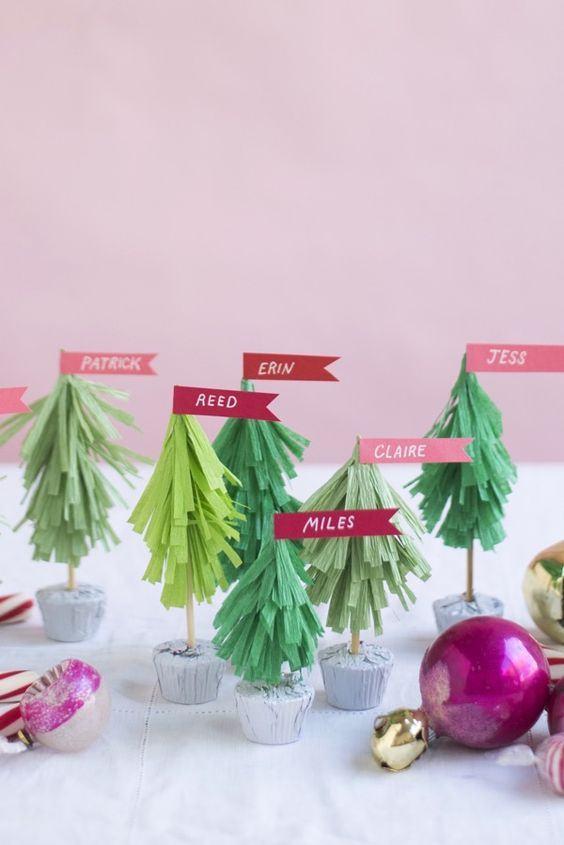 Pequenas árvores com nomes feitas de papel crepom